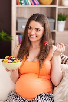 Mujer embarazada comiendo ensalada saludable