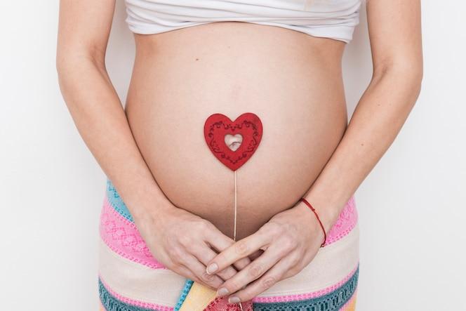 Mujer embarazada con corazón