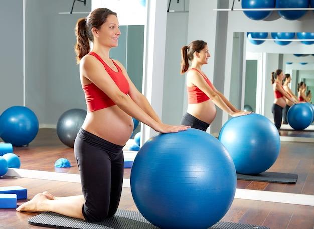 Mujer embarazada ejercicio de pilates fitball