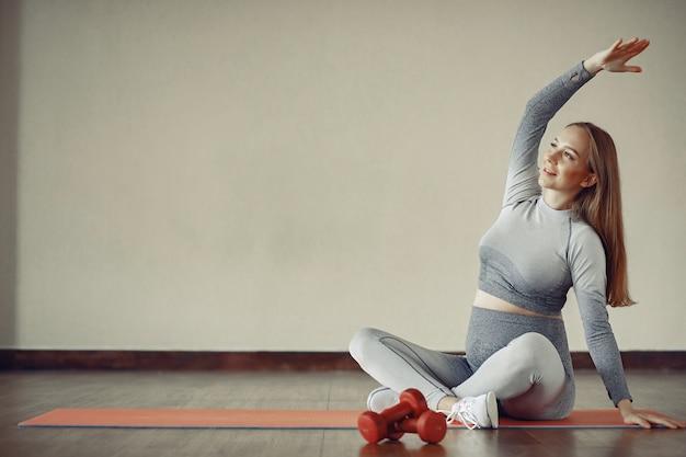Mujer embarazada entrenando en un gimnasio