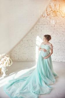 Mujer embarazada en un hermoso vestido