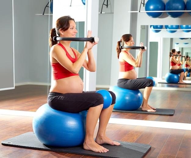 Mujer embarazada pilates ejercicio anillo mágico