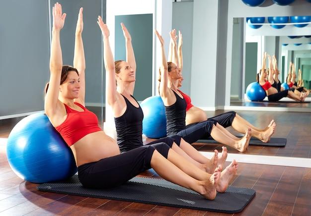 Mujer embarazada pilates ejercicio fitball