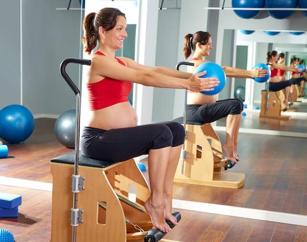 Mujer embarazada pilates pierna bombas ejercicio wunda