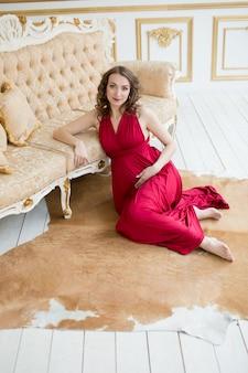 Mujer embarazada, en, rojo
