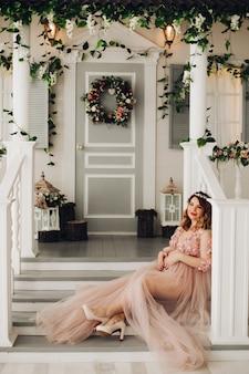 Mujer embarazada sentada en las escaleras