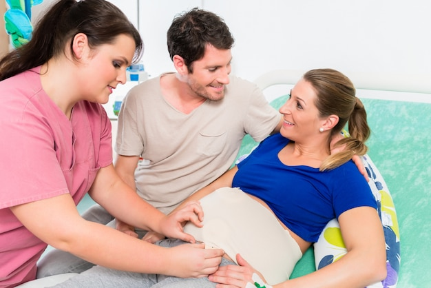 Mujer embarazada y su hombre en la sala de parto