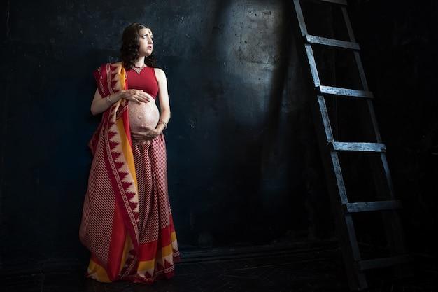 Mujer embarazada con tatuaje de henna
