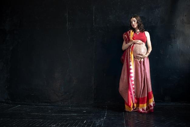 La mujer embarazada con tatuaje de henna