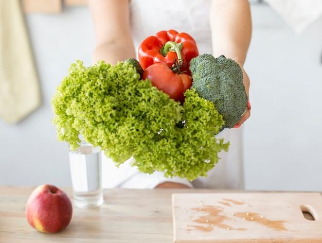 Mujer embarazada, tenencia, vegetales