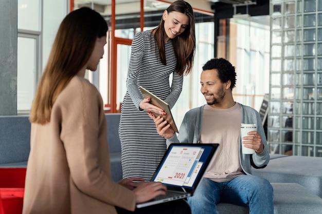 Mujer embarazada, tener una reunión de negocios