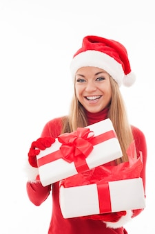 Mujer emocionada abriendo caja de regalo blanca