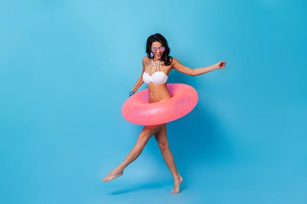 Mujer emocionada bailando en bikini