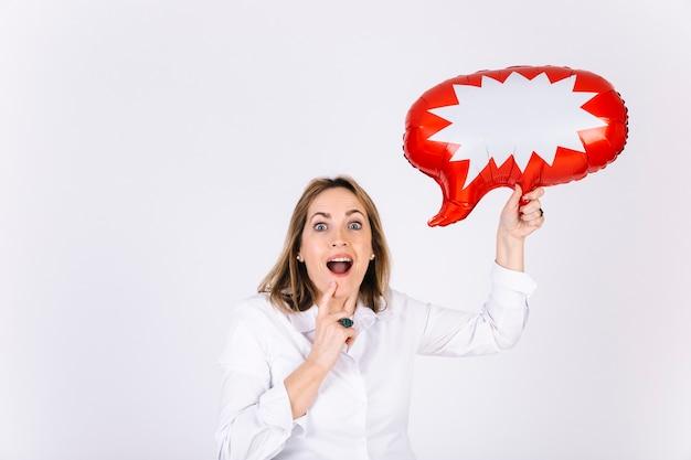 Mujer emocionada con bocadillo de diálogo