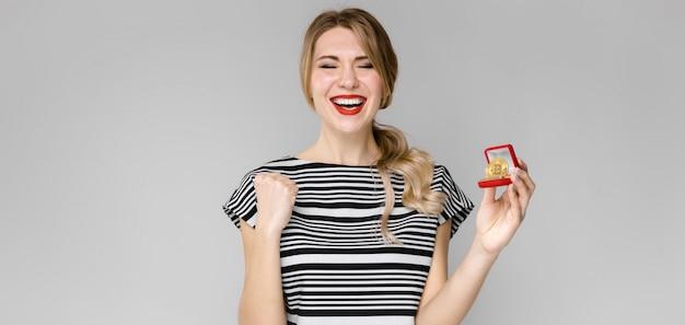 Mujer emocionada con caja de regalo