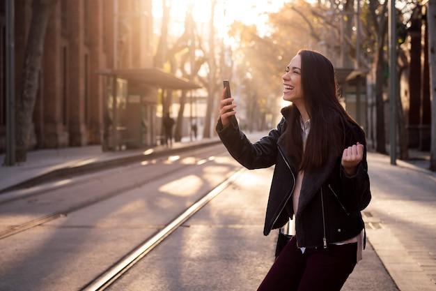 Mujer emocionada celebrando buenas noticias en el teléfono