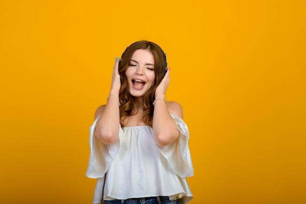 Mujer emocionada con dispositivo digital. foto de niña sorprendida con smartphone, emocional