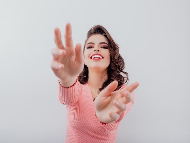 Mujer emocionada estirando los brazos