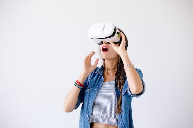 Mujer emocionada con gafas de realidad virtual