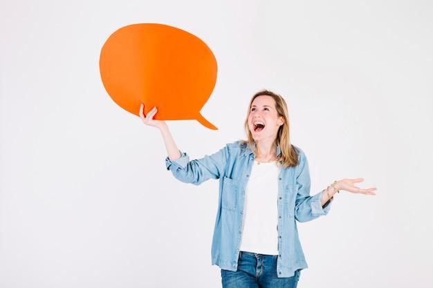 Mujer emocionada con globo de discurso
