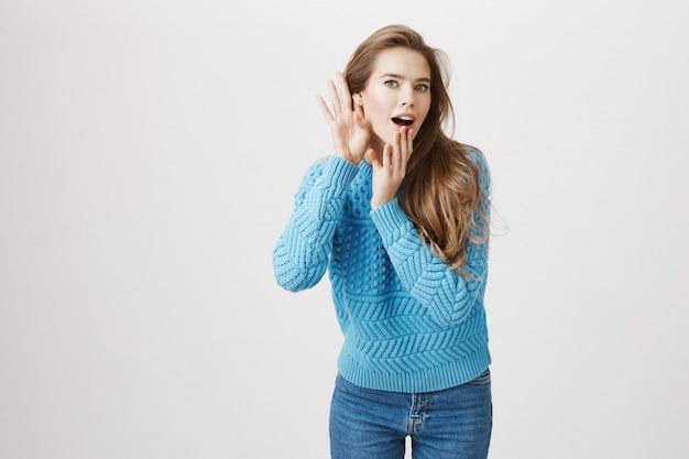 Mujer emocionada oye conversación, escuchas