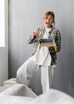 Mujer emocionada con pincel y pintura