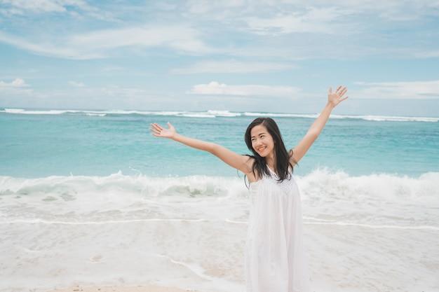 Mujer emocionada en la playa