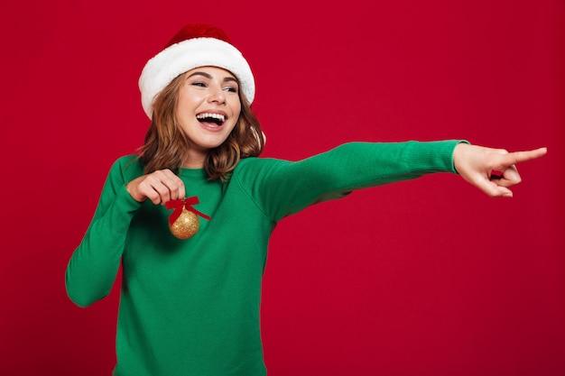 Mujer emocional con sombrero de santa navidad