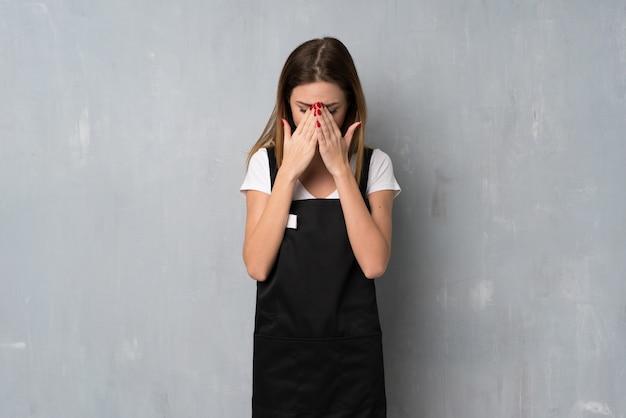 Mujer empleada con expresión cansada y enferma.