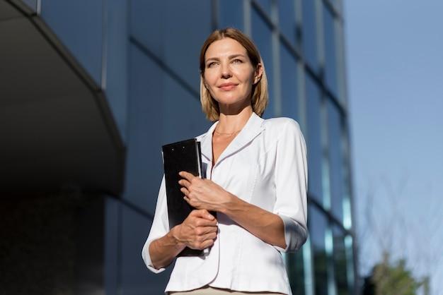 Mujer emprendedora segura de ángulo bajo