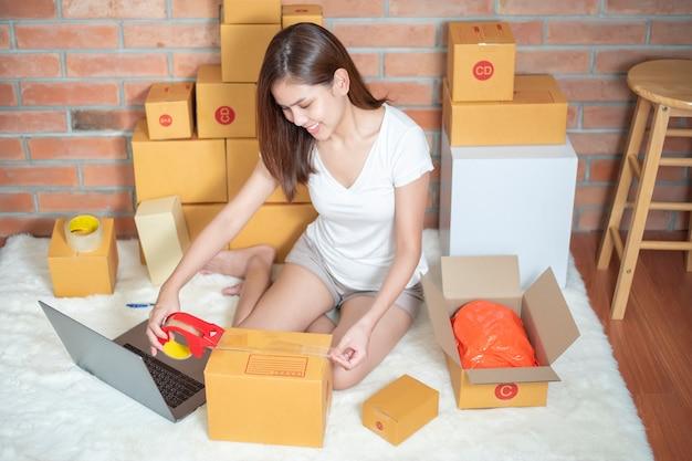 Mujer empresaria propietaria de negocios pyme está revisando orden