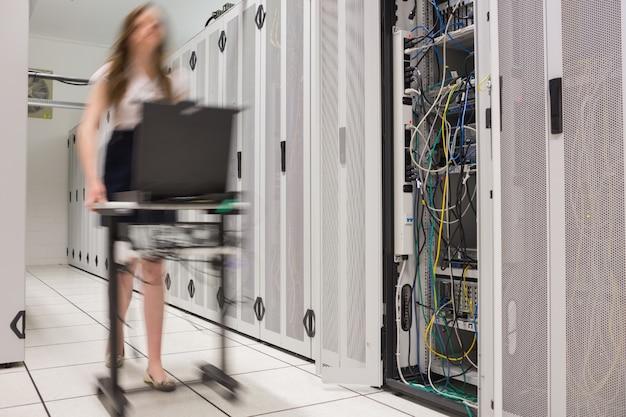 Mujer empujando la computadora para abrir servidores