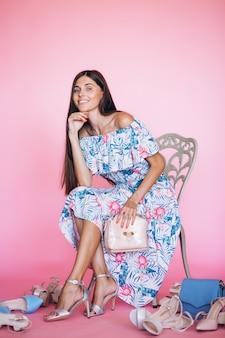 Mujer en el anuncio del zapato de estudio