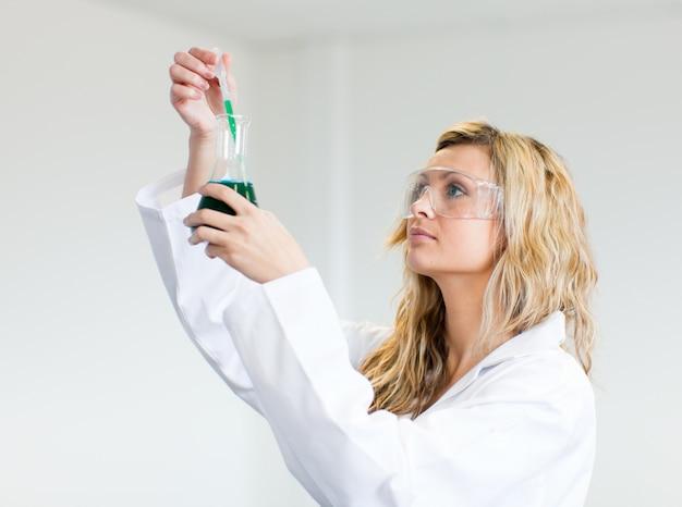 Mujer en laca mirando los productos químicos