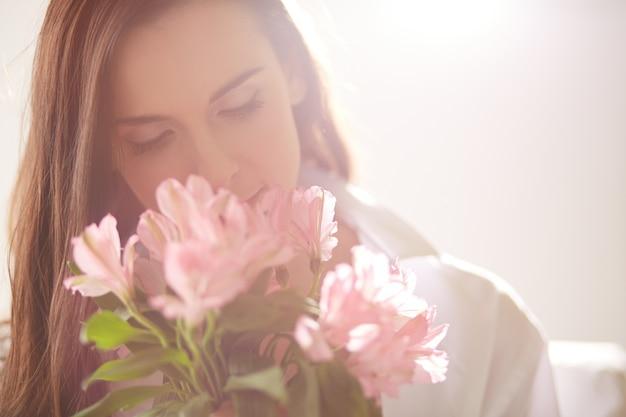 Mujer enamorada sujetando un ramo de flores