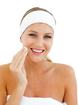 Mujer encantadora aplicando una base de maquillaje