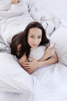 Mujer encantadora en cama
