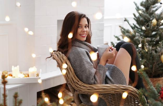 Mujer encantadora en casa en navidad