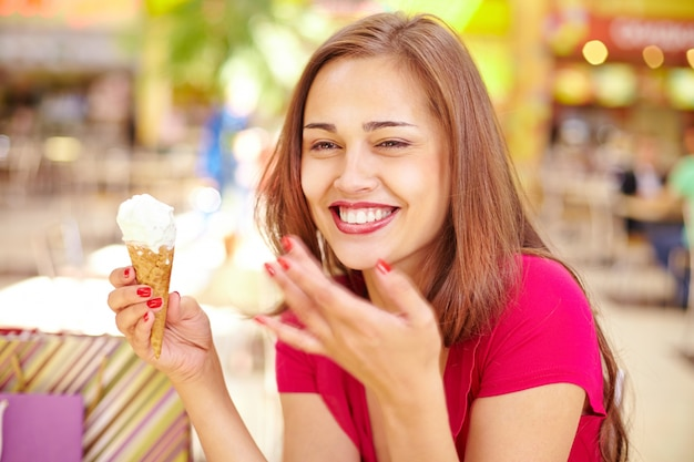 Mujer encantadora comiendo un helado