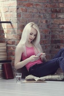 Mujer encantadora con teléfono