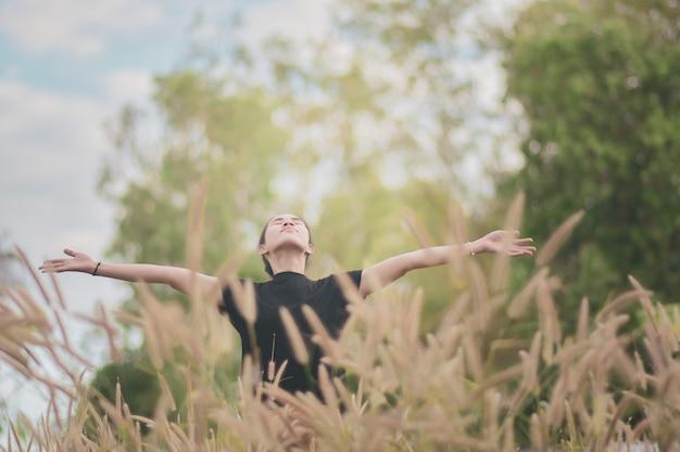 Mujer se encuentra en un hermoso prado