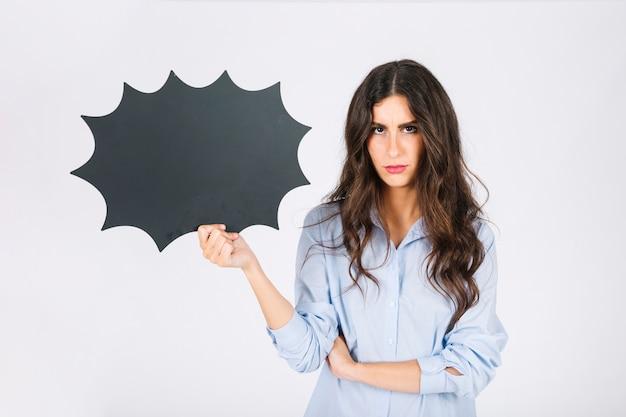 Mujer enfadada presentando pizarra de burbuja de texto