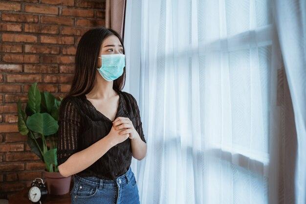 Mujer enferma en aislamiento en casa