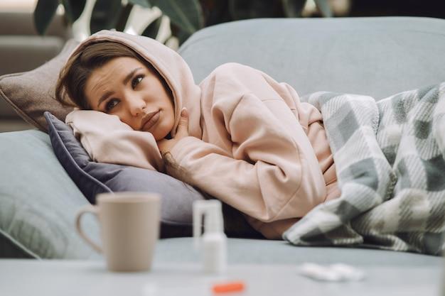 Mujer enferma con dolor de cabeza sentado en su casa