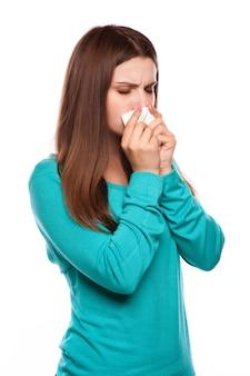 Mujer enferma.flu.la mujer cogió frío. estornudando en el tejido. dolor de cabeza. virus .medicinas
