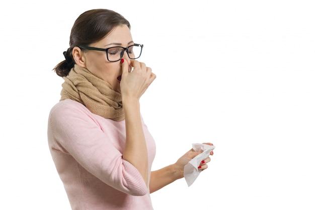 Mujer enferma que sostiene un pañuelo, blanco, aislado