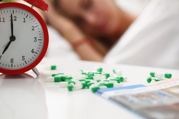 Mujer enferma toma drogas duerme en la cama