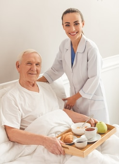 Mujer enfermera y un viejo hombre