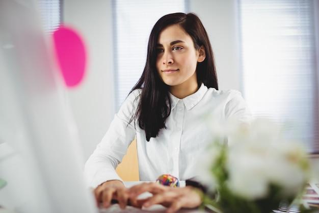 Mujer enfocada que trabaja en la oficina