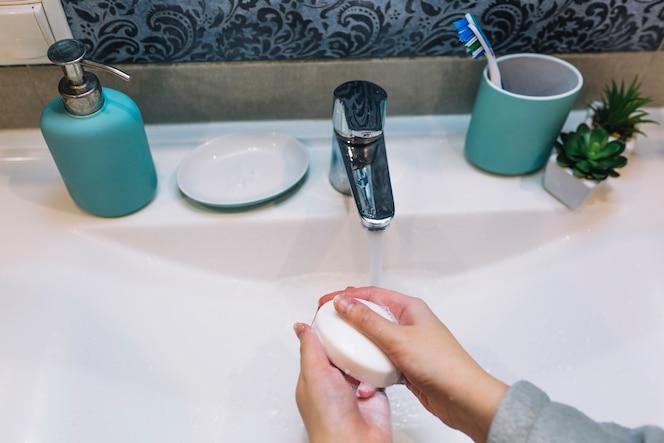 Mujer enjabonando las manos